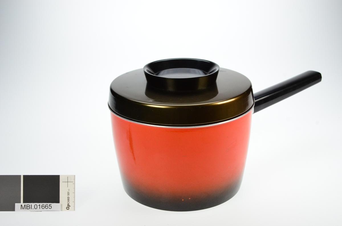 Emaljert kasserolle med skaft og eloksert lokk.