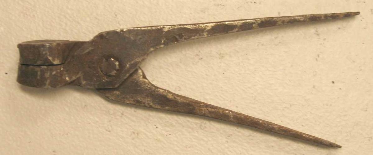 Kuleform.  Stor kuleform, kulens diameter 1,7 cm. Hjemmesmidd og av sædvanlig type.  Kjöpt av smed Ole Henjesand, Leikanger.