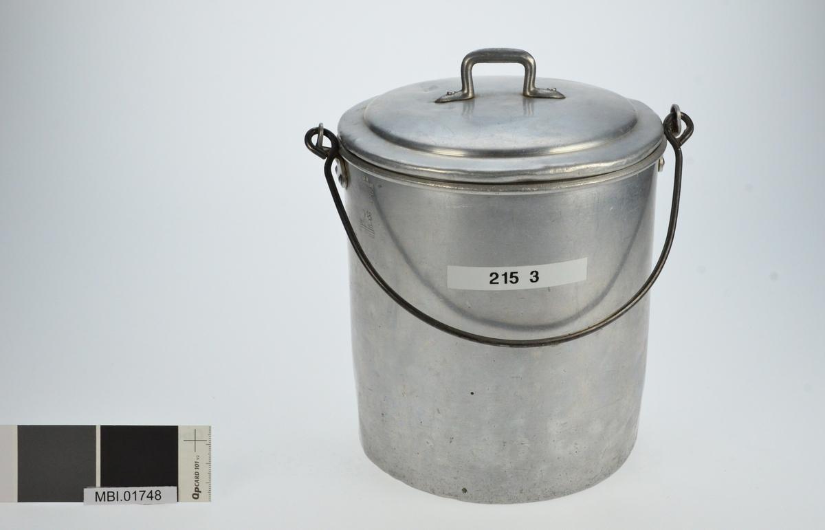 Aluminiumspann med aluminium lokk og bøyle av jern.