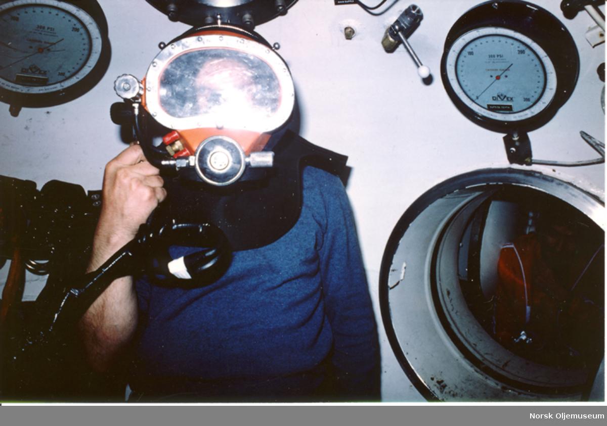 Dykker i dykkerklokken, ScanDive sitt Paulsen-utstyr. Øverst til høyre og øverst til venstre er dybdemålerene, en til hver dykker. I tillegg var det er dybdemåler for klokken.