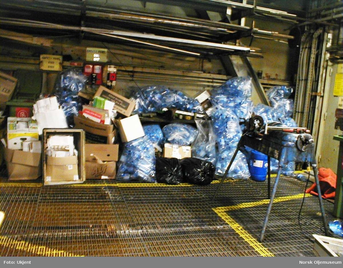 Kildesortering på DP2.  Det er viktig for muligheten til å sortere ut forskjellige typer avfall som søppel eller resirkulerbart materiale, at dette skjer via kildesortering allerede på plattformen.