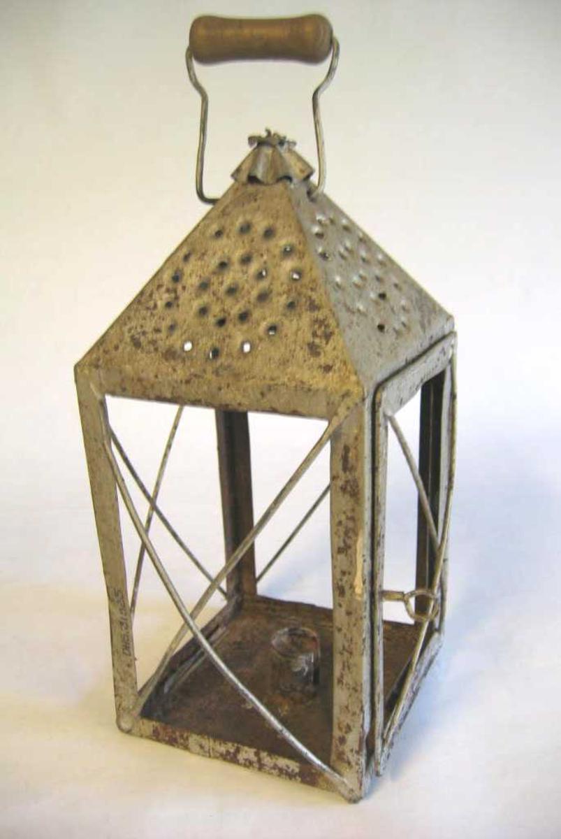 Rektangelforma lykt med pyramidetopp. Glas manglar.