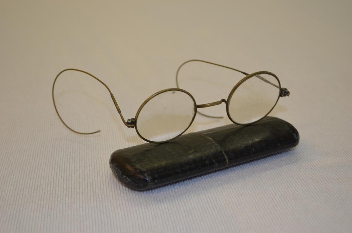 Runde briller med tilhøyrande etui.