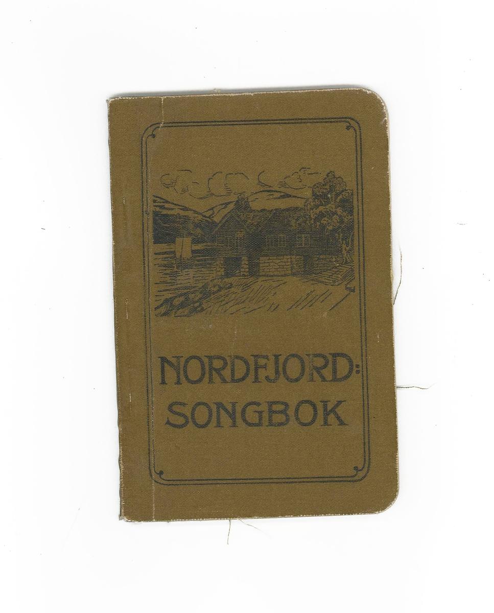 Lita bok med mjuk perm. Motiv frampå boka er nokre gamle tømmerstover med fjorden og ei jekt i bakgrunnen. Heftet er på 131 sider.