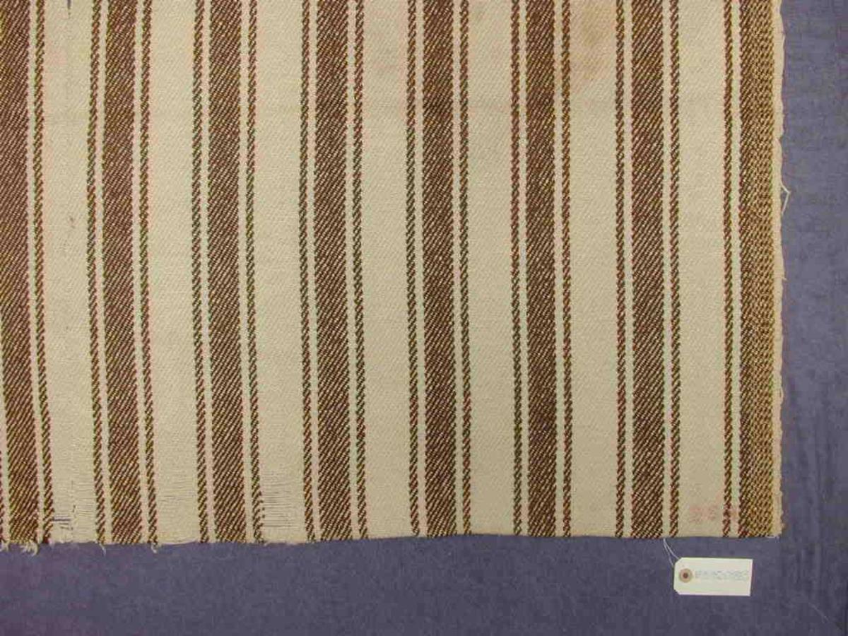 Mellombrune striper i reningsretning over heile teppet
