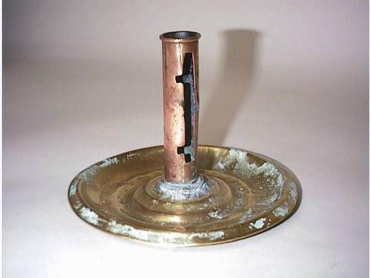 Form: Sylindrisk flat fot, rund stake med skyvar til regulering av ljoset.
