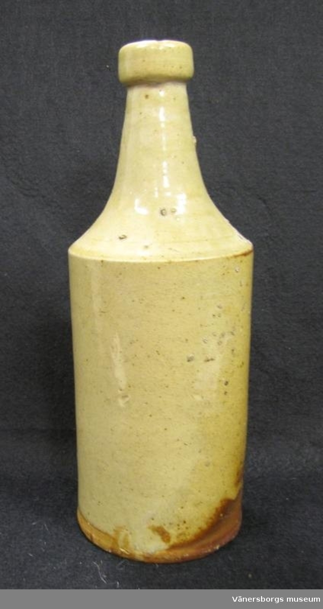 Glaserad flaska av lergods.