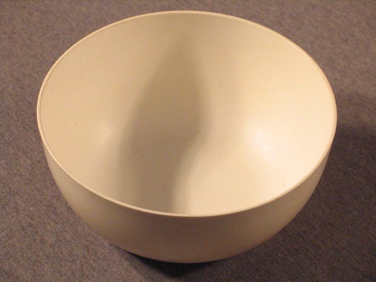 Platskål til bruk ved matlaging. På utsida støypte riller mot botnen.