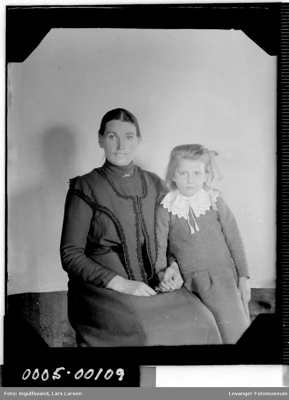 Portrett av kvinne og ei jente.