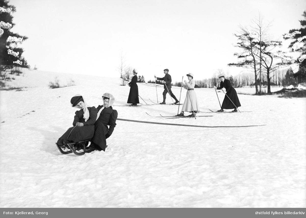 Aking og skigåing, muligens i Nordmarka i Oslo?