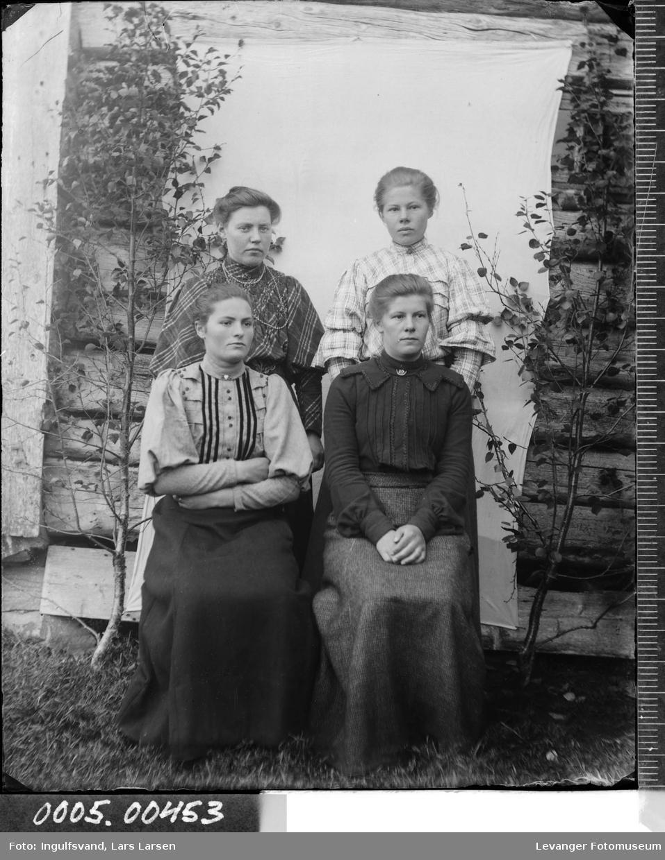 Gruppebilde av fire kvinner,