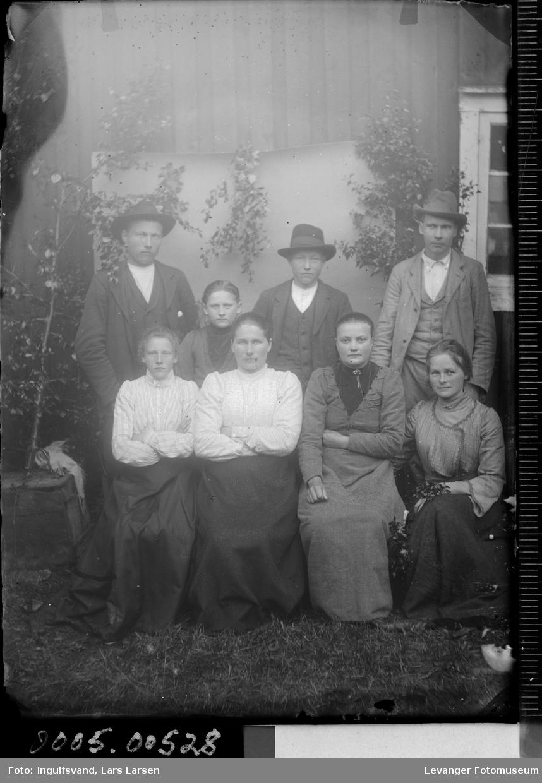 Gruppebilde av fem kvinner og tre menn.