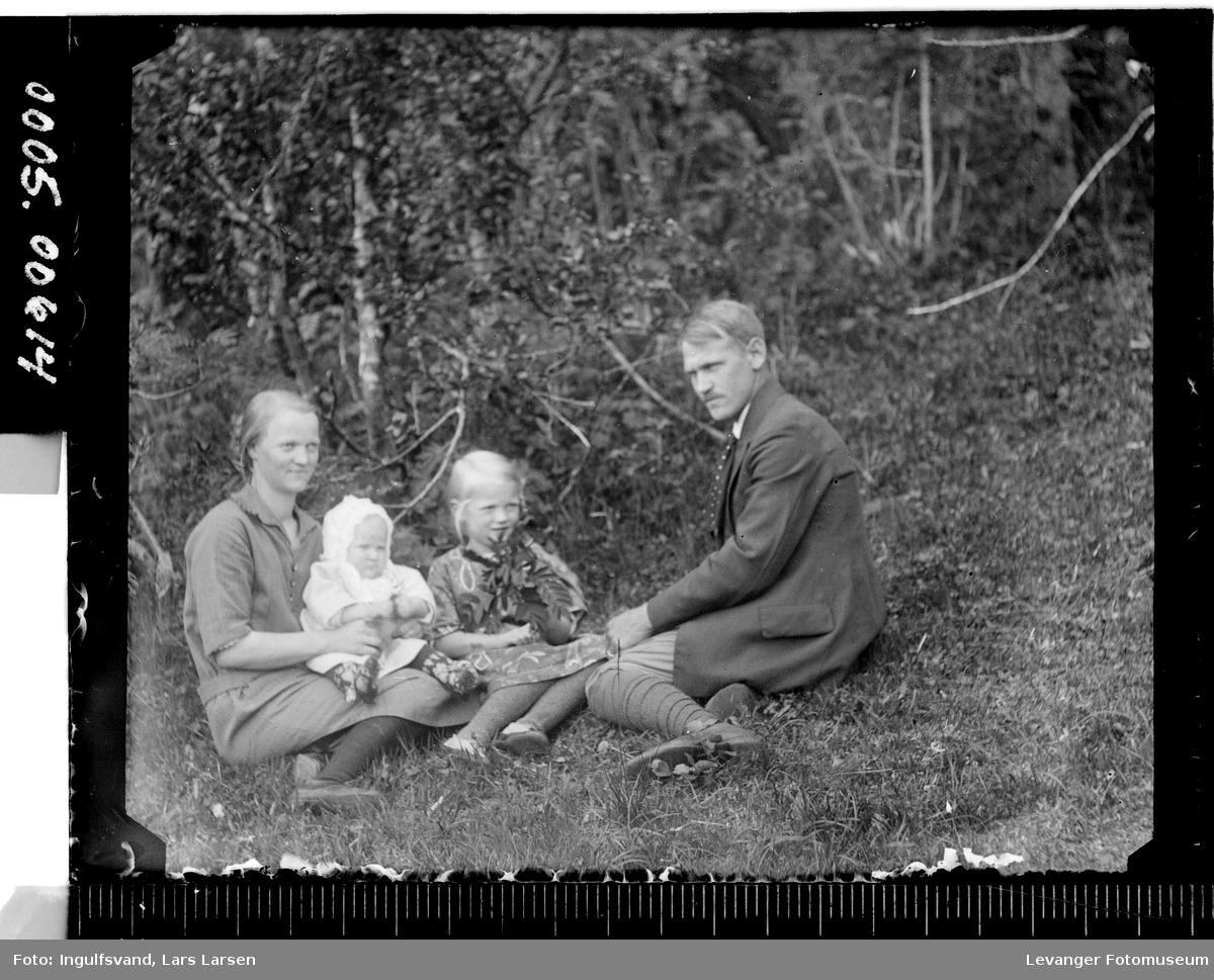 Gruppebilde av en mann, kvinne og to barn.