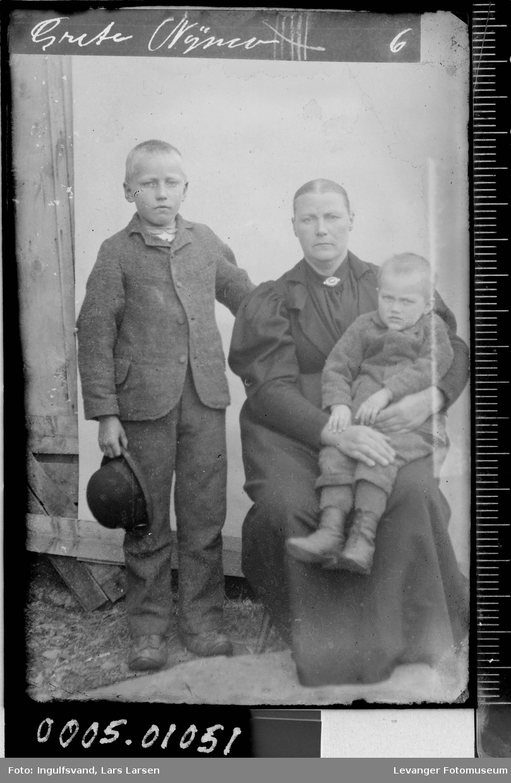Portrett av en kvinne og to gutter.
