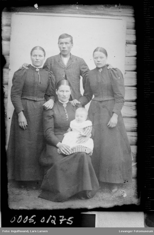 Gruppebilde av tre kvinner, en mann og et barn.
