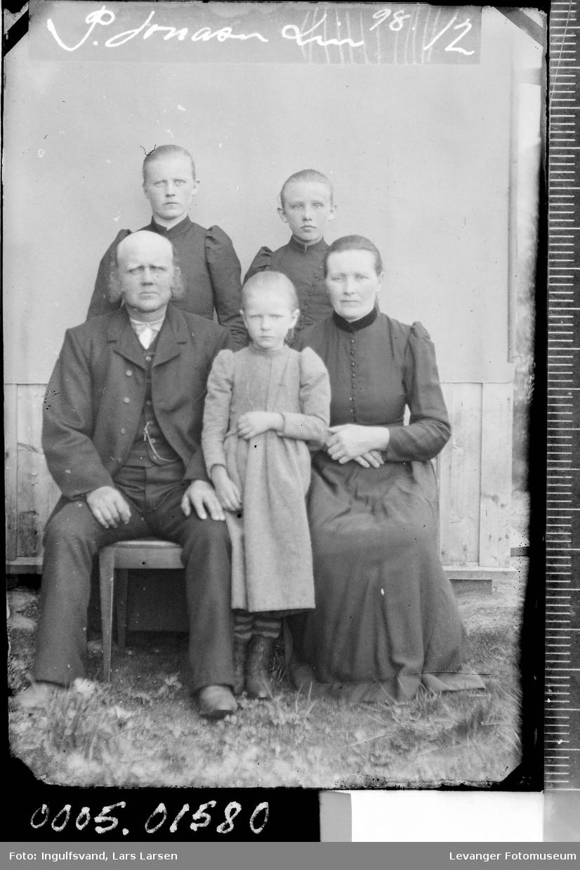 Gruppebilde av en mann, en kvinne og tre jenter.