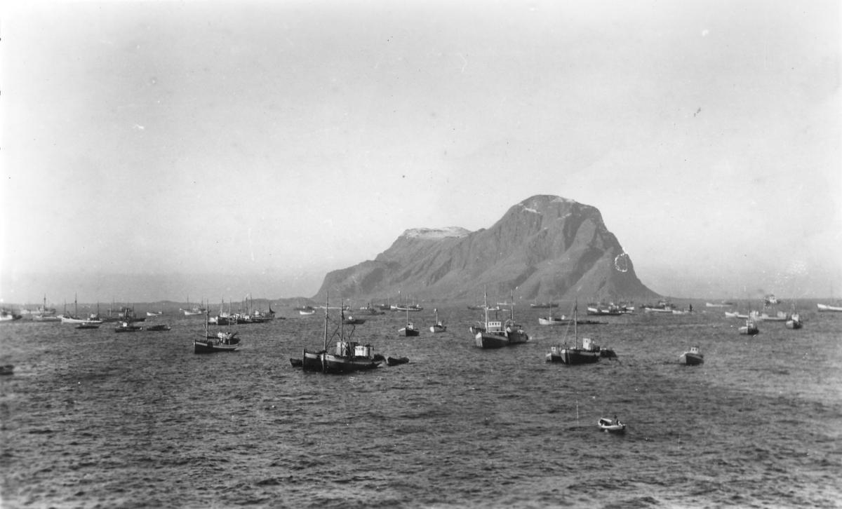 Vintersildfiske. Sildeflåten i Aledenfjorden, Alden i bakgrunnen