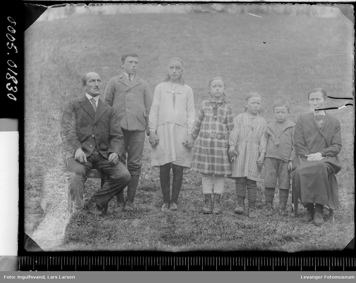 Gruppebilde av en mann, en kvinne, to ungdommer og tre barn.