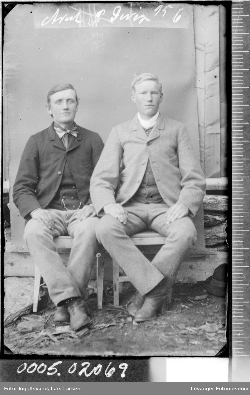 Portrett av to sittende menn i helfigur.