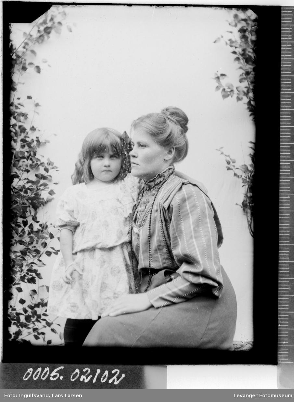 Portrett av en kvinne og et barn.