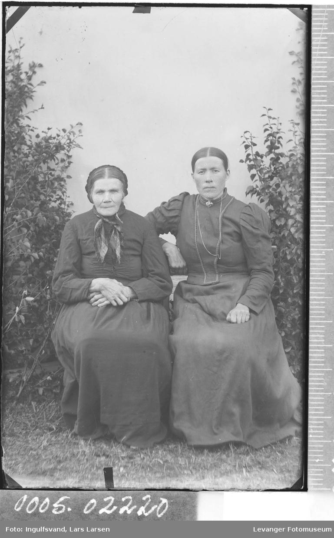 Portrett av to sittende kvinner.