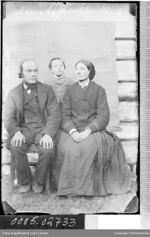Gruppebilde av kvinne, mann og et barn.