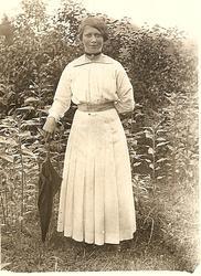 Okänd kvinna med ett paraply.  Fröderyds Hembygdsförening
