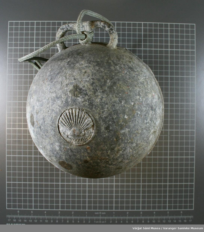 Kuleformet garnkavel / garngavle av grått metall, løkke øverst med tau i.