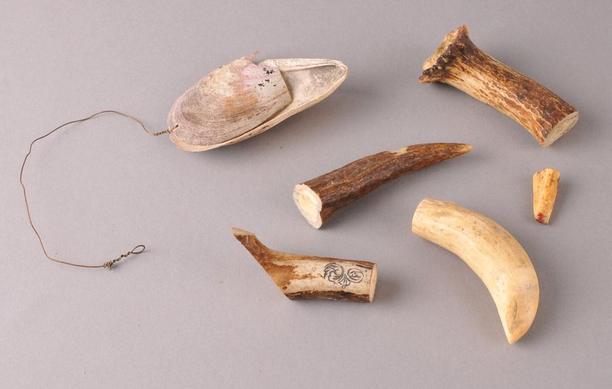 Materiale bruka av Bjørn Kleppo i verkstaden.Til å lage dekor med, legge inn felt av horn, bein eller perlemor. Kleppo laga også nokre knivskaft av bein.