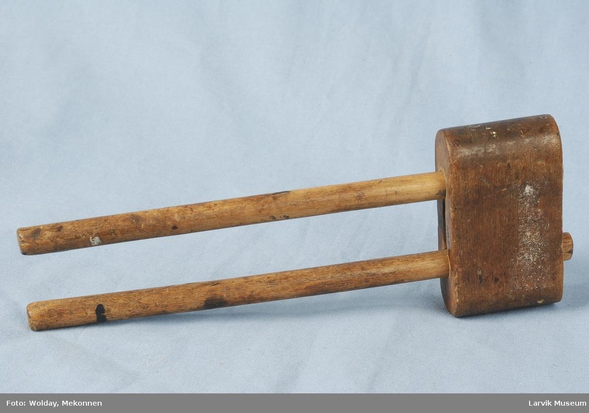 Teknikk: to lange trepinner med en flat side i lengderetning, stukket inn i en slipt og tilkuttet trekloss, trestavene har 2 små Form: enkel, funksjonell