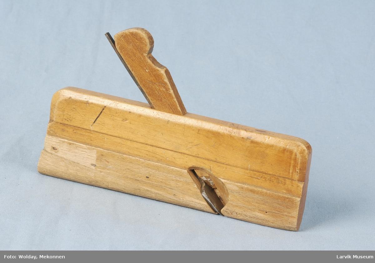 Teknikk: selve klossen består av 2 trestykker som er limt sammen, et tredje stykke er innfelt i sålen, jernets egg er buet og skarpt Form: kantene er skråprofilert, endene øverst buet