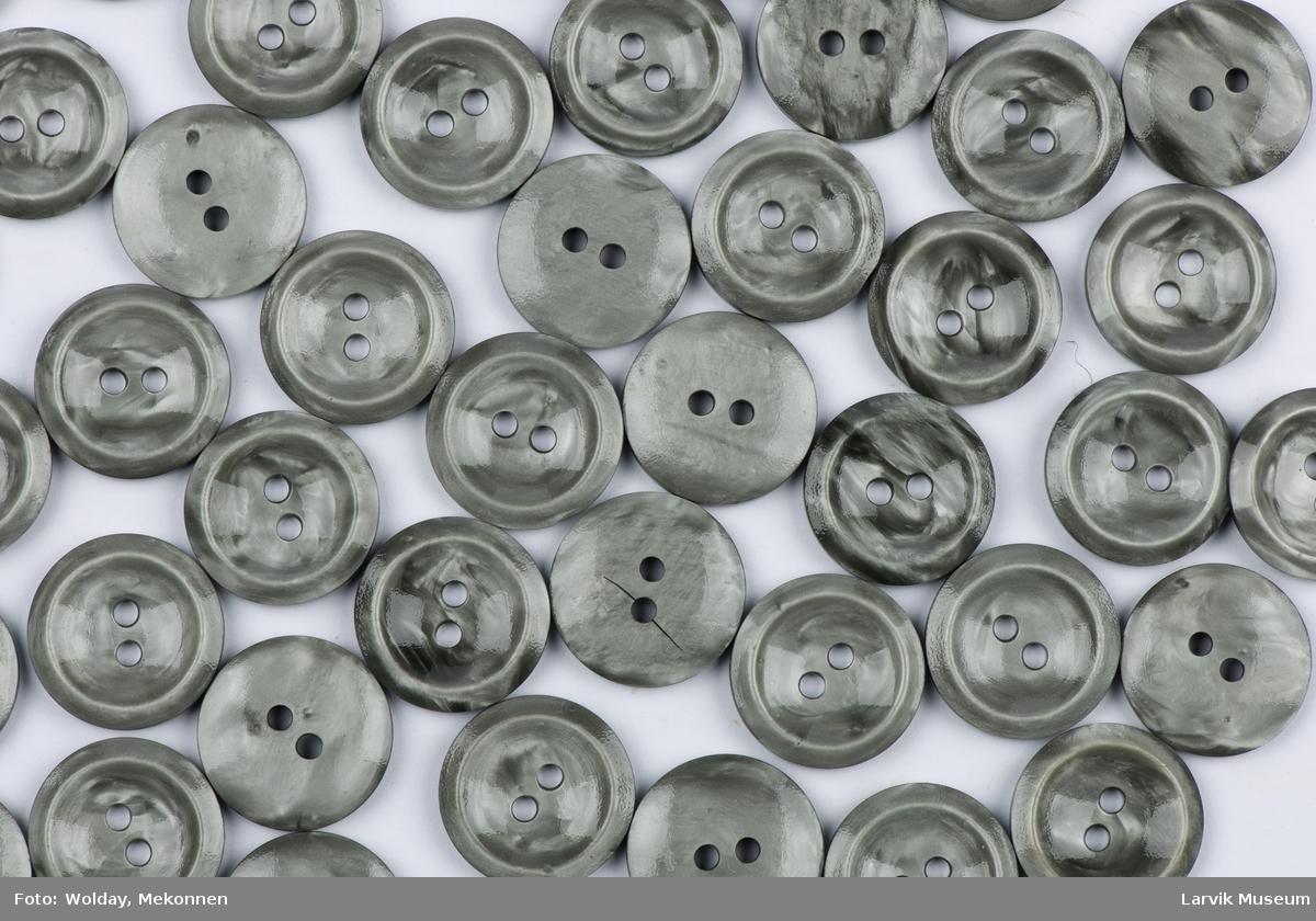 Runde knapper med opphøyet kant, 2 gjennomgående hull til feste