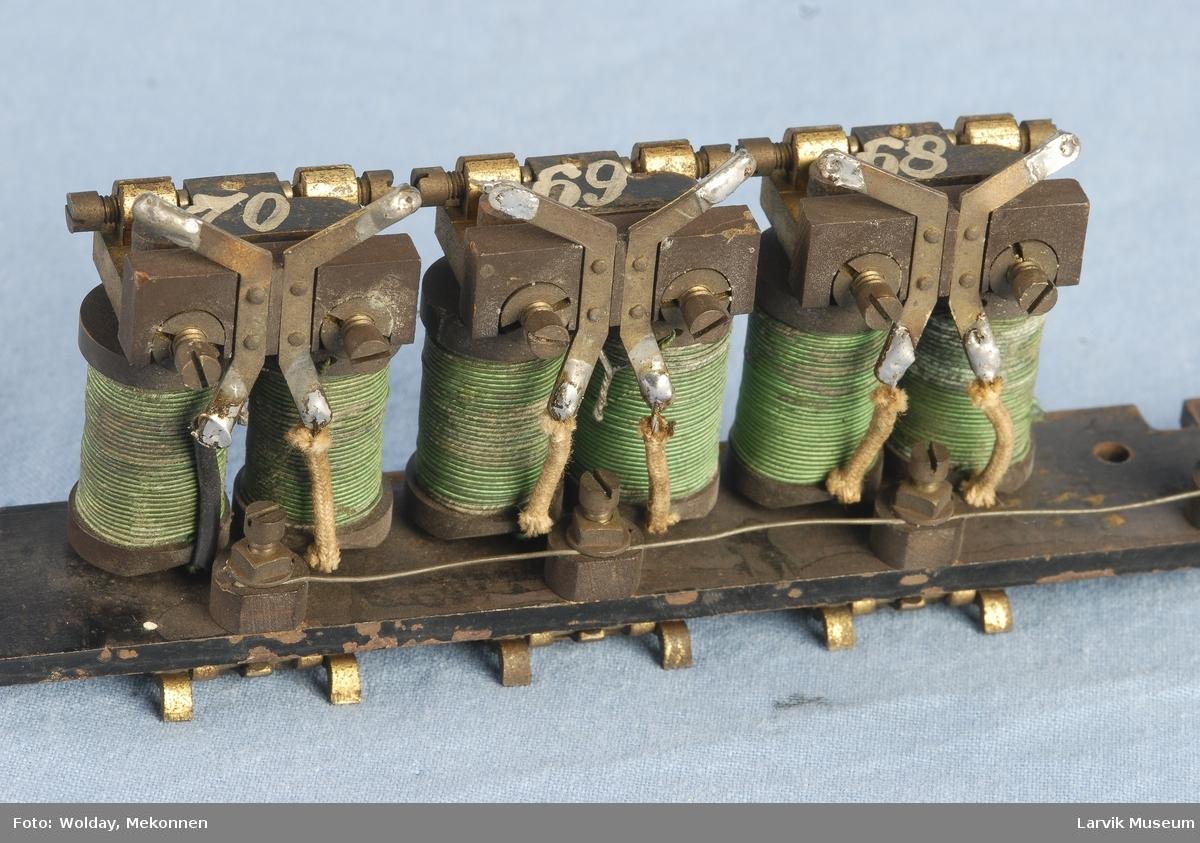 Funksjon/type: Eldre type, sannsynligvis tilhørt en av de første telefonsentralene i Larvik. Normalt har ringeklaffene bare en spole.