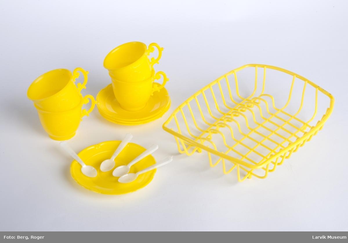 4 kopper, skåler og teskjeer i et kurvstell