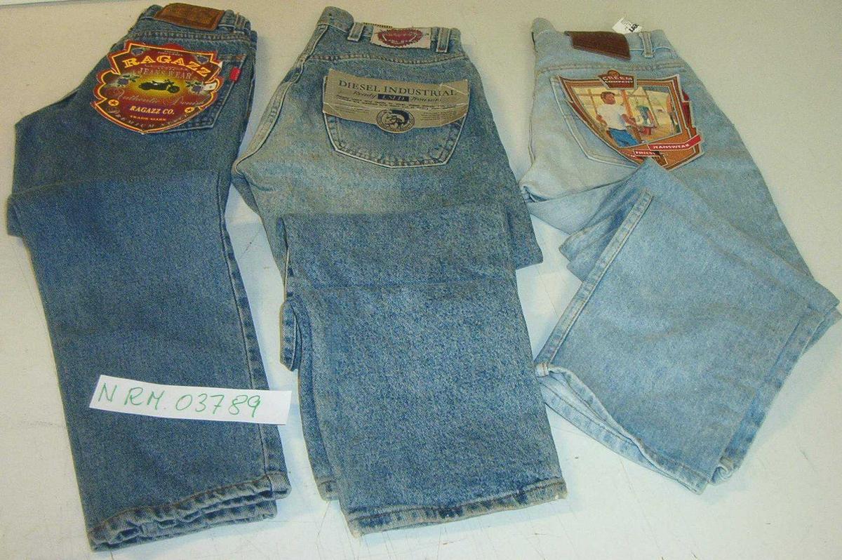 1 par jeans fra Creem 1 par jeans fra Diesel Industrial 1 par jeans fra Ragazz 1 par bukser fra Diesel 1 par bukser fra Creem 1 ryggsekk Lill-Sport 1 ryggsekk fra Spart 1 dynejakke fra Henri Lloyd 1 dynejakke fra Marin Alpin 1 dynejakke/regnjakke fra Take It Young 1 dynejakke/regnjakke fra NPCC 1 jakke fra Creem 1 jakke fra Diesel