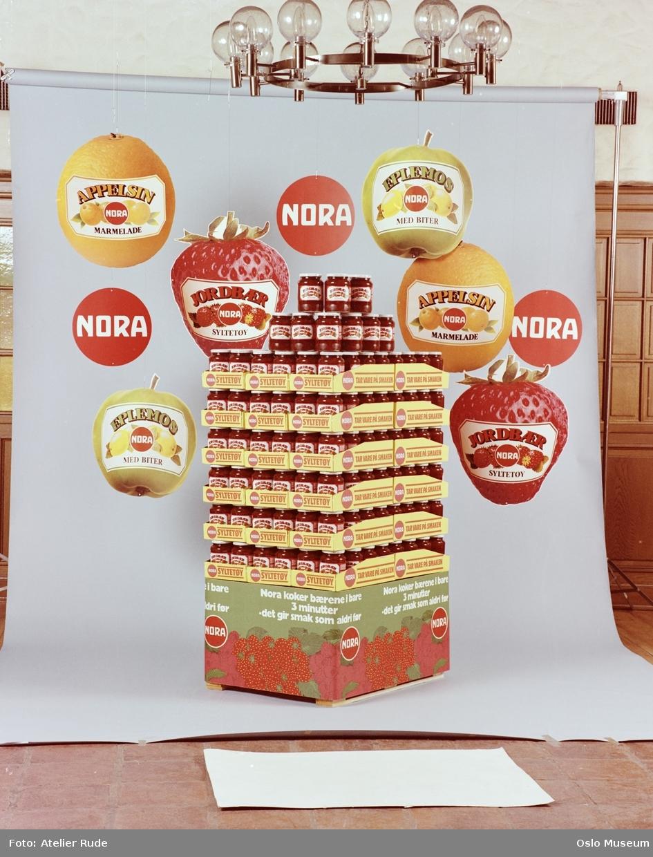 Nora syltetøy, glass, plakater, pall