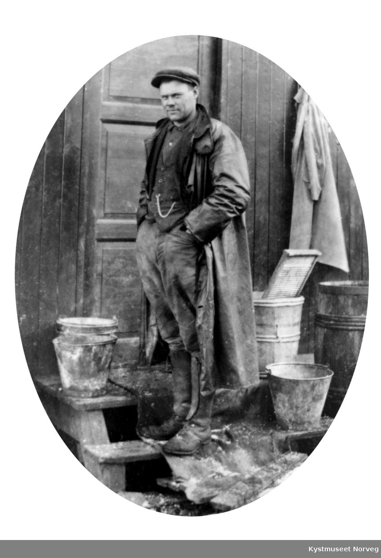 Olav Wassås ved ei brakke under bygging av Ottersøy bruene omkring 1920