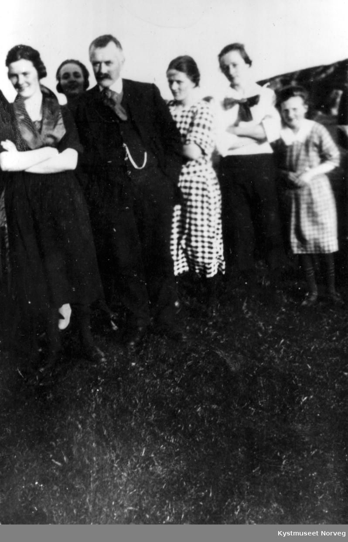 Erik Olsen sammen med noen av hans døtre - og Lovise Henrikø