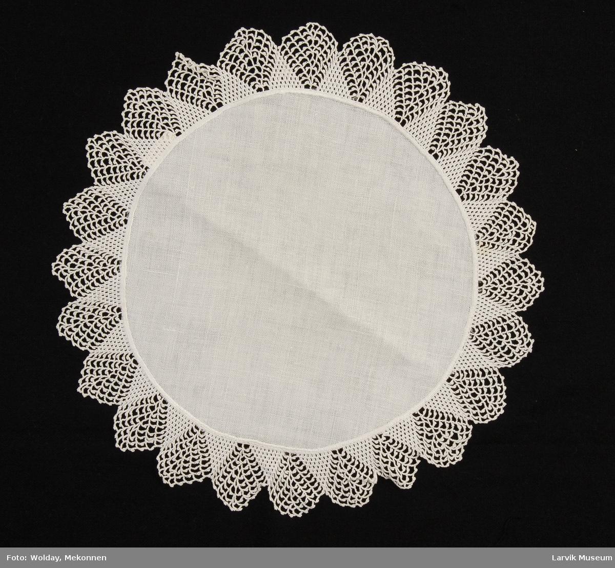 Form: midtfelt av hvit lin,diam.: 25 cm,heklet blonde