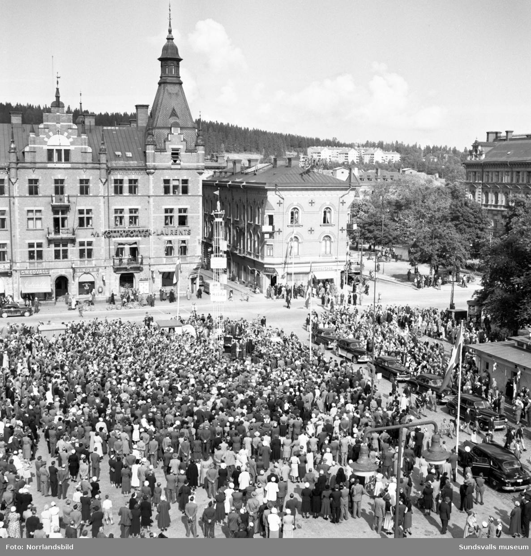 Folksamling vid lunchprogrammet på Stora torget i Sundsvall.