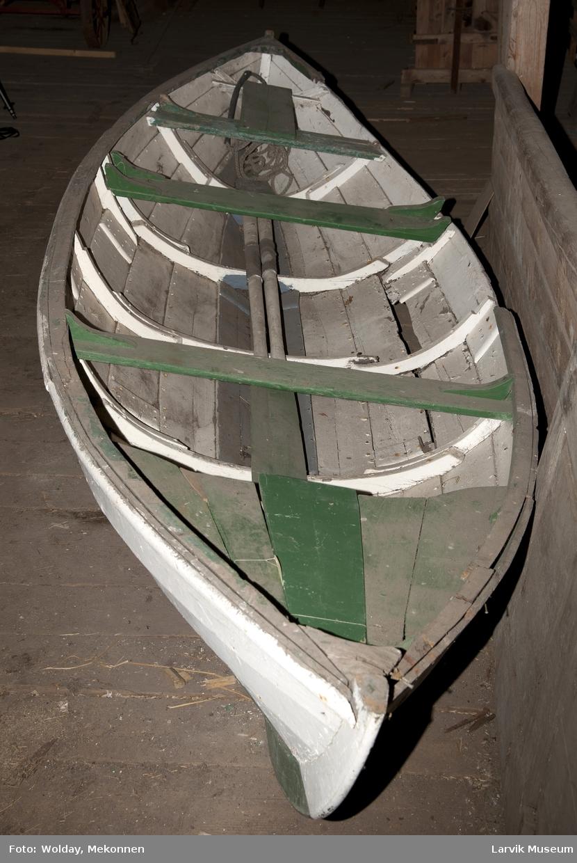 3 tofter tvers over. Benk i akterenden. 1 tilje (LSJ.05200-F), 2 bord (LSJ.05200- E og F). Det har vært 5. Bygget hos Ødegarden Båtbyggeri i Viksfjord. Hull til tollpinner. Hull til en åre babord side bak. Ikke tegn til ror. Eik fenderlist. Antall bordganger: 5