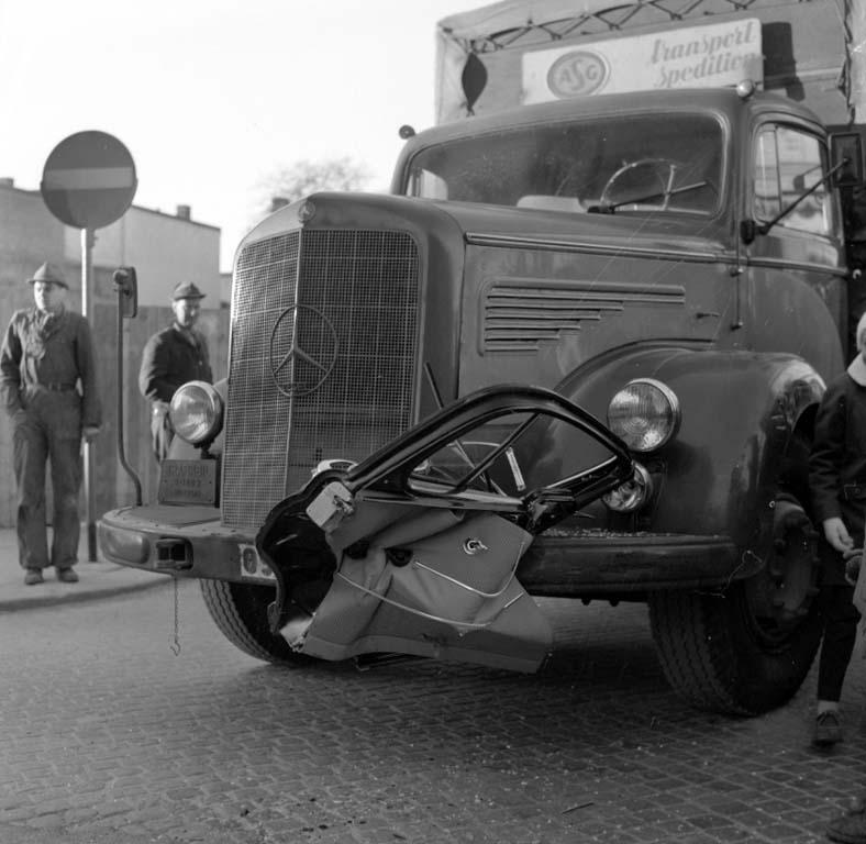"""Enligt notering: """"Krock Drottninggatan 8/1 1960""""."""
