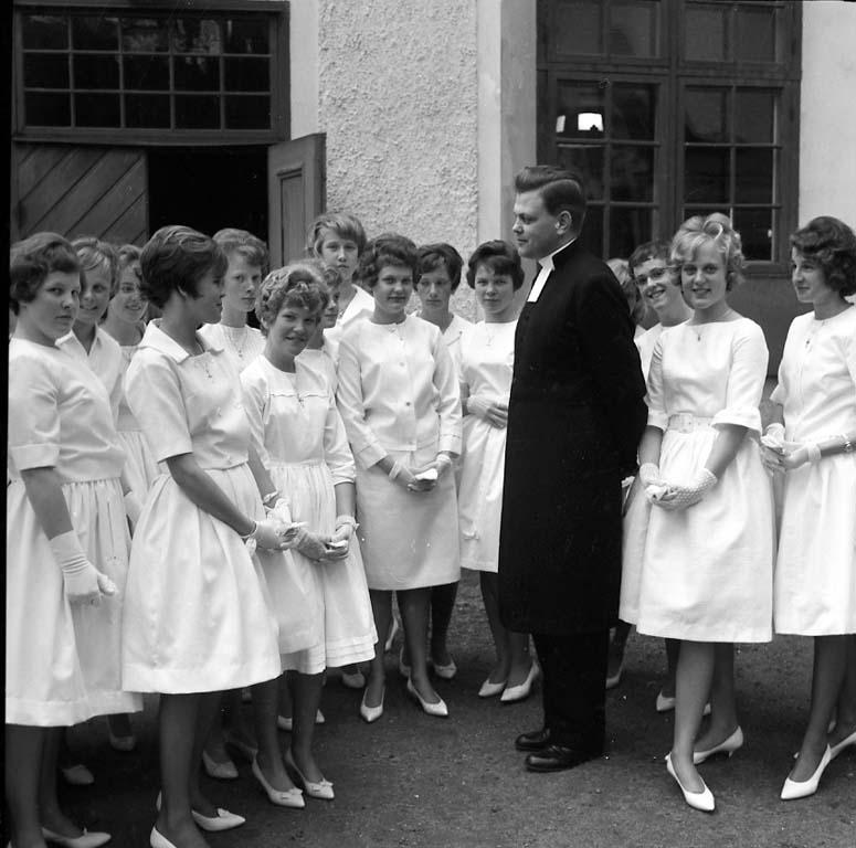 Pastor Törnqvist med konfirmander 1961