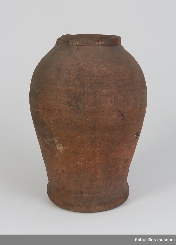 Ur handskrivna katalogen 1957-1958: Lerkrus H.: 40 cm. Mynningsdiamet.: 15 cm. Rödbrunt gods, utvändigt oglacerat, invändigt glaserat. Bitar avslagna vid mynningen.