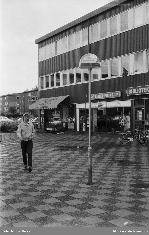Hagabäcksleden i Kållereds centrum, år 1984.  Fotografi taget av Harry Moum, HUM, Mölndals-Posten.