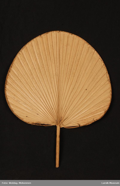 Form: uregelmessig sirkelform. kanten rundt viften