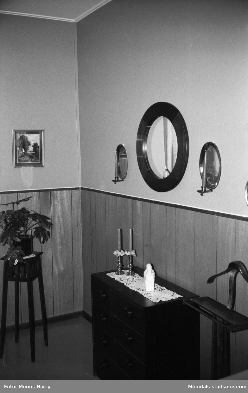 Del av ett möblerat rum på Sagåsens vårdhem i Kållered, år 1983.