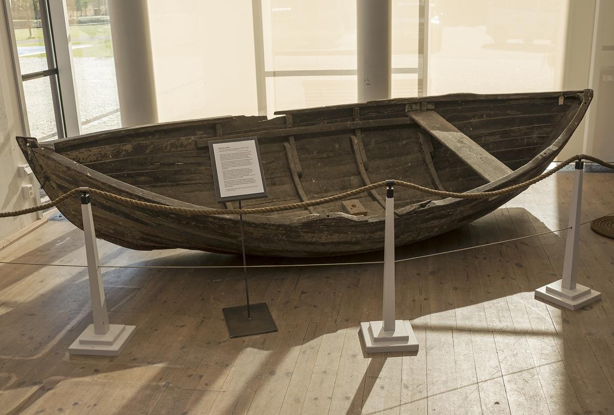 En sliten eka som skeppade baltiska flyktingar under andra världskriget finns utställd hos Marinmuseum för att uppmärksamma flyktingkatastrofen på Medelhavet.