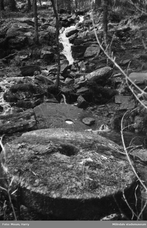 Två stora kvarnstenar i naturen i Bunketorp, Lindome, år 1983.  För mer information om bilden se under tilläggsinformation.