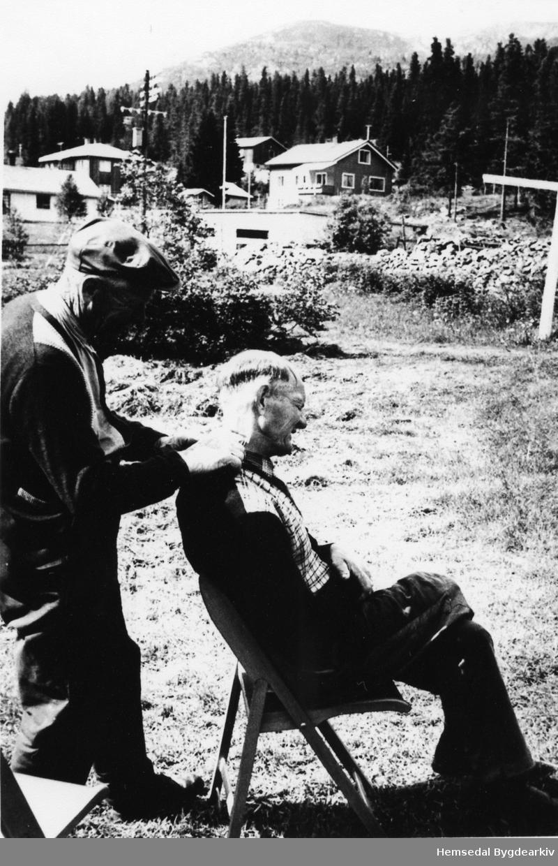 Ole Stillingen klypper Olaf Kven ein gong på 1960-talet.